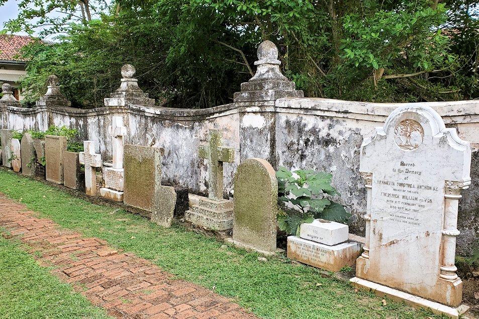 スリランカ:ゴールの旧市街地にあるオランダ教会の外にもある墓石
