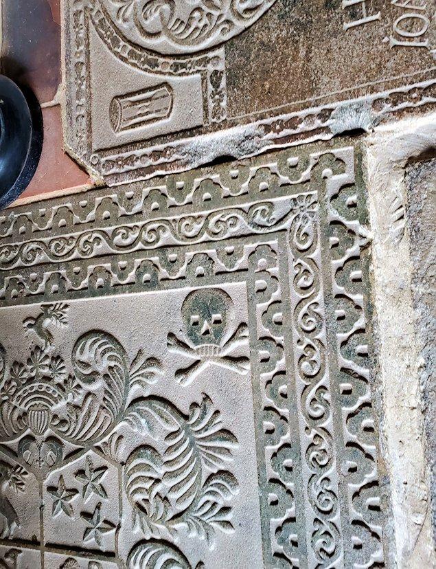 ゴールの旧市街地のオランダ教会の床にある墓石-2