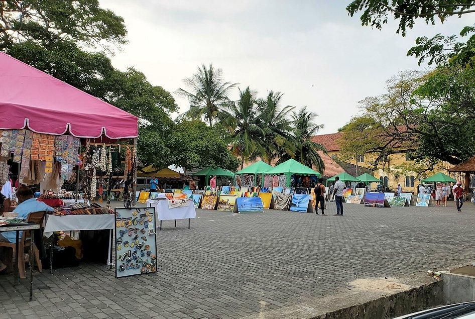 ゴールの旧市街地で見られた、ガジュマルの木が生える広場周で行われていたフリーマーケット-2