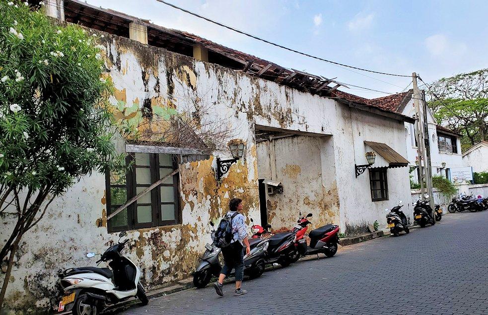 ゴールの旧市街地の建物などを見ながら進むと見えた古い建物群-2