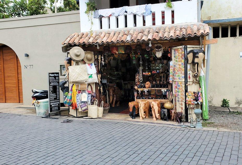 ゴールの旧市街地で見かけたお土産店などを眺める