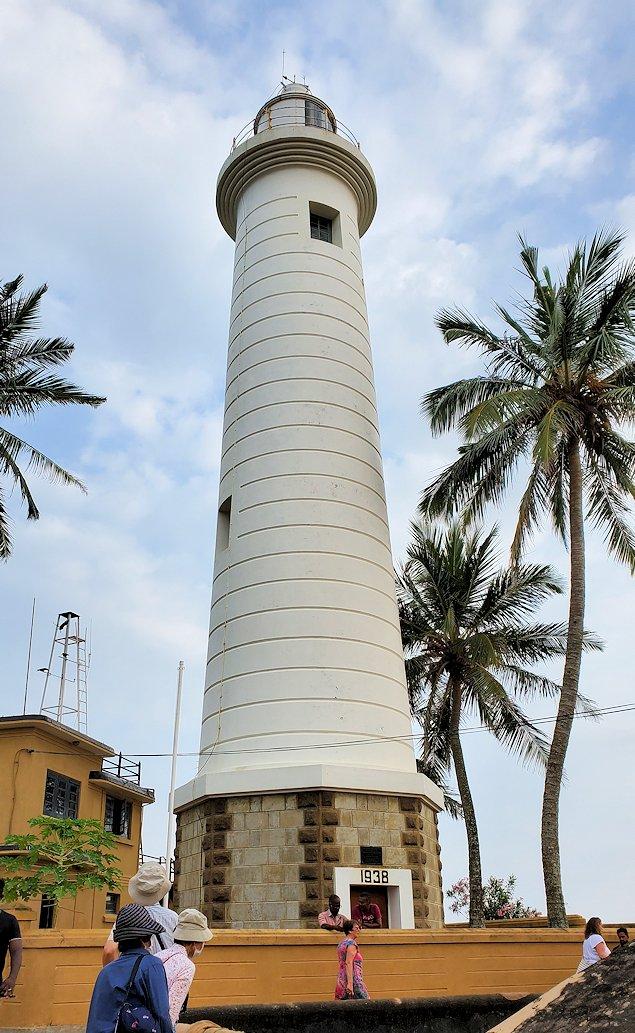 ゴールの旧市街地で見かけた灯台を見上げる