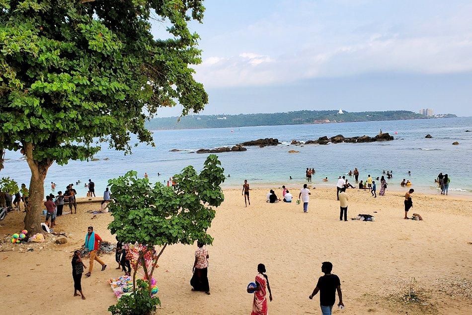 ゴールの旧市街地で海岸線のビーチを眺める