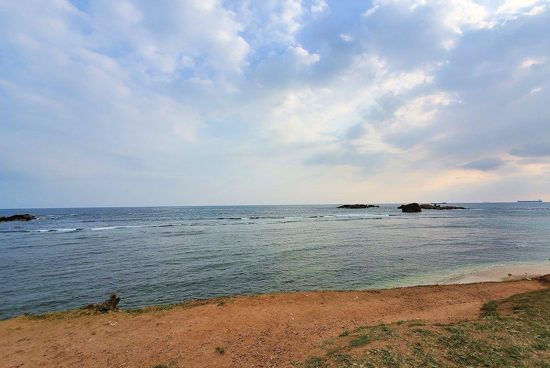 ゴールの旧市街地で海岸線のビーチの景色-2