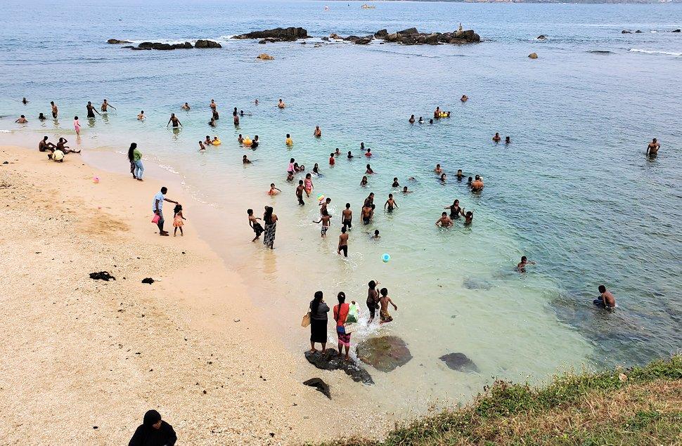 ゴールの旧市街地にある砂浜で海水浴する人達