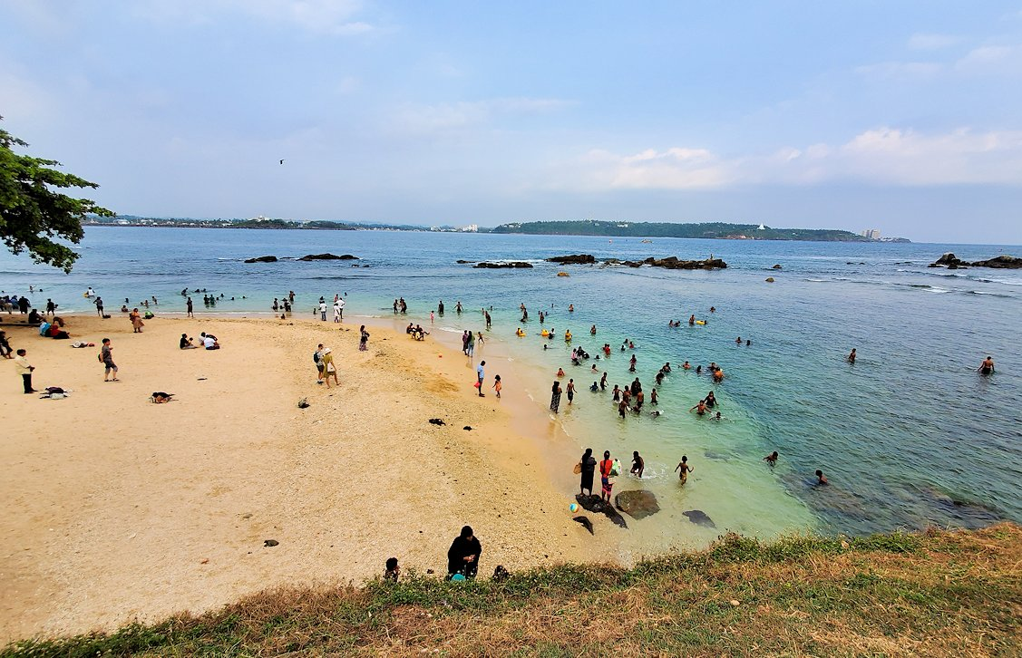 ゴールの旧市街地にある砂浜で海水浴する人達-2