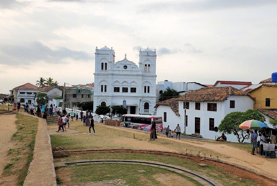 ゴールの旧市街地にある砂浜近くに建つ教会が見える