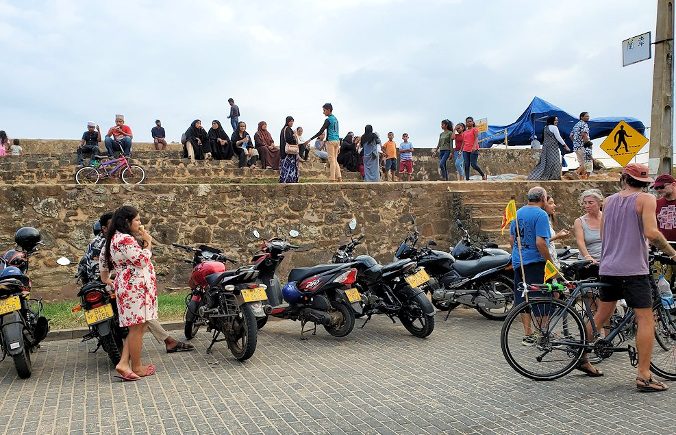 ゴールの旧市街地にある砂浜近くに沢山停まっていたバイク