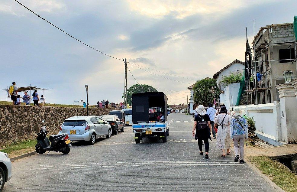 ゴールの旧市街地にあるビーチ沿いの道を進む