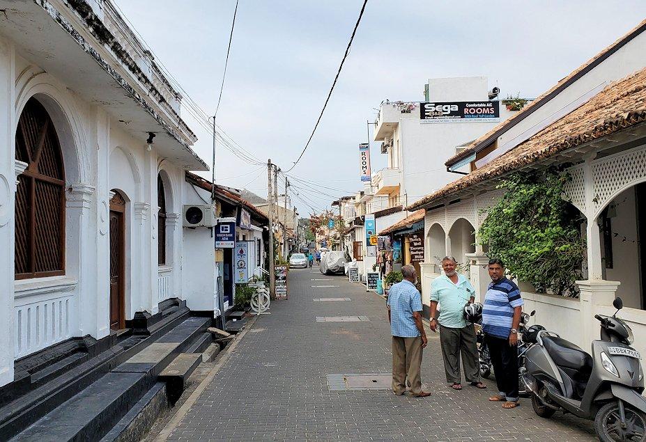 ゴールの旧市街地にあるビーチ沿いの道を進む-3