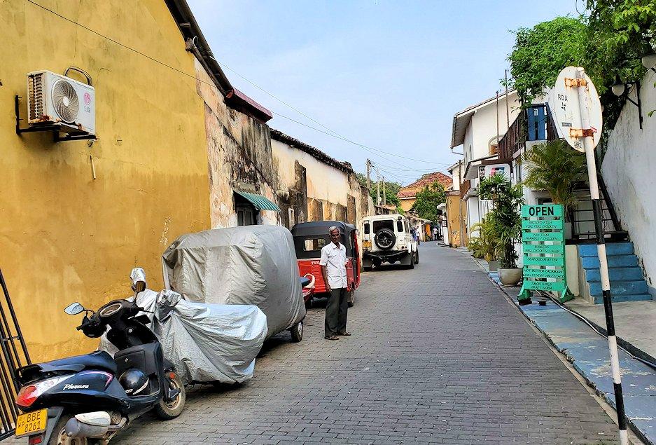 ゴールの旧市街地の道を進んで行く-3