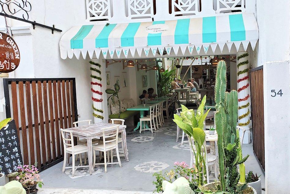 ゴールの旧市街地の道を進んで行く途中に見かけたカフェ