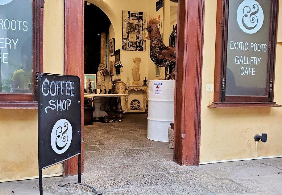 ゴールの旧市街地の道を歩いて見えた、コーヒーショップ