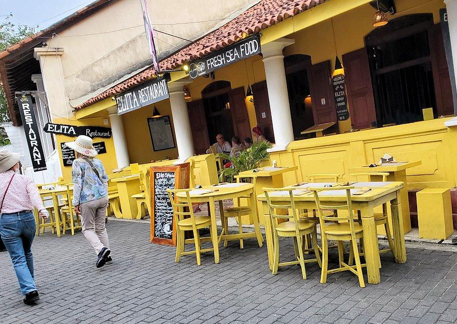 ゴールの旧市街地の道を歩いて見えた、レストラン
