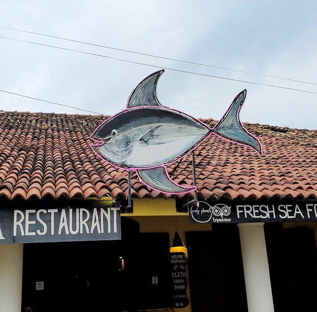 ゴールの旧市街地の道を歩いて見えた、レストランの看板