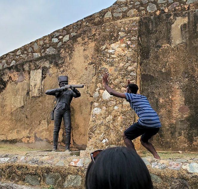 ゴールの旧市街地を一周して要塞跡に置かれている像で遊ぶ現地民