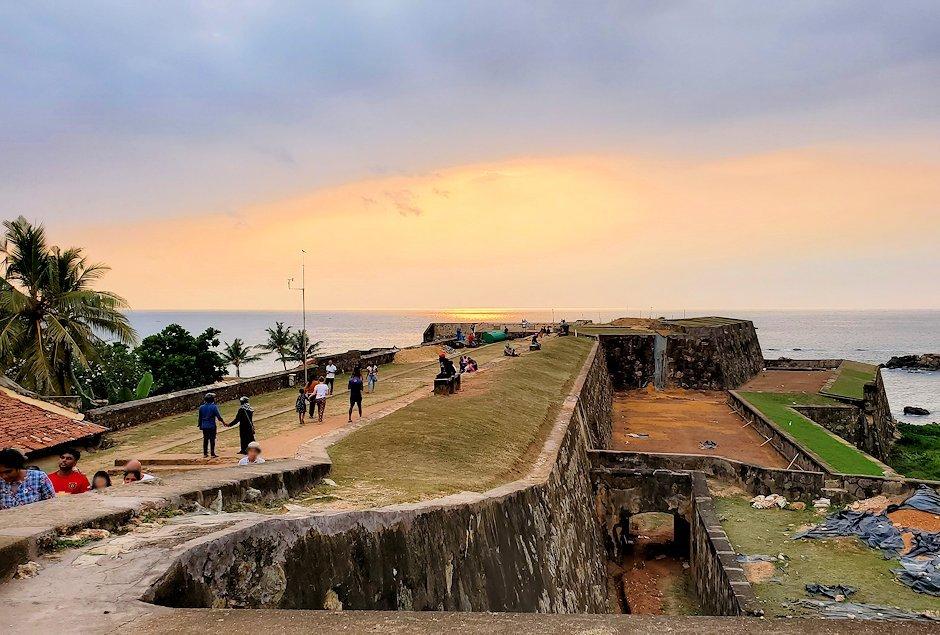 ゴールの旧市街地にある要塞跡から、インド洋に沈む夕日を眺める