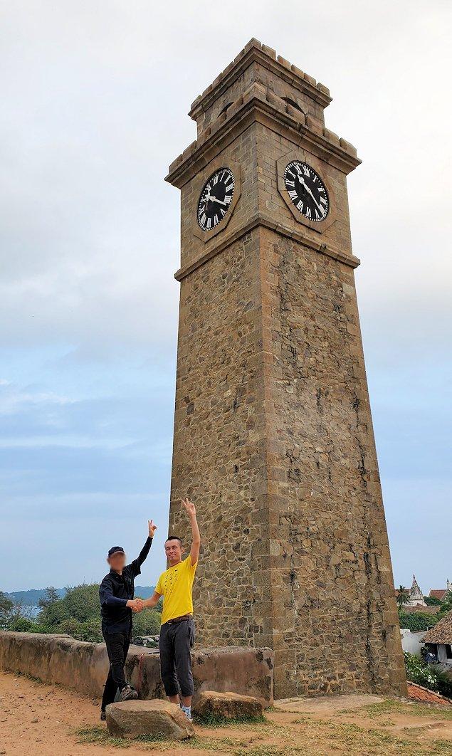 ゴールの旧市街地を要塞跡の時計台の前で記念撮影