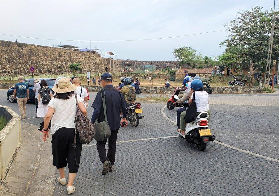ゴールの旧市街地を要塞跡での見学を終えてバスに向かう