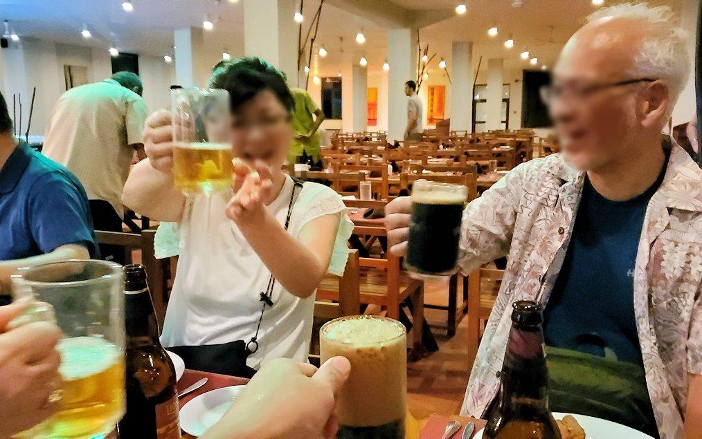ザ・ロング・ビーチ・リゾートのレストラン会場で乾杯する