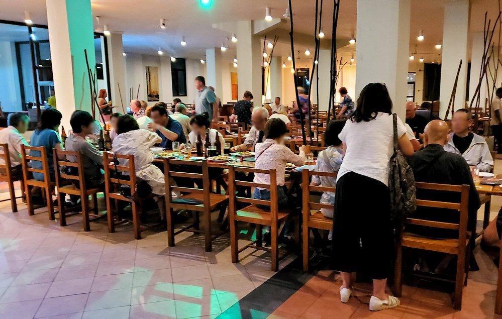 ザ・ロング・ビーチ・リゾートのレストラン会場で夕食を食べる人達