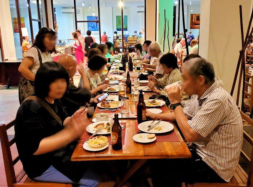 ザ・ロング・ビーチ・リゾートのレストラン会場で夕食を食べる人達-2