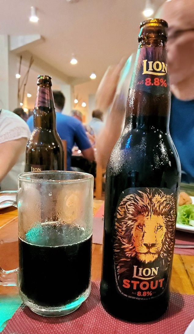 【ホテル】ザ・ロング・ビーチ・リゾートのレストラン会場で飲む黒いライオンビール