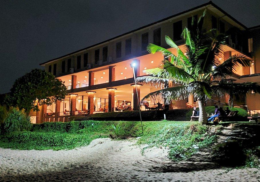 夜のザ・ロング・ビーチ・リゾートのビーチから見るホテルの建物