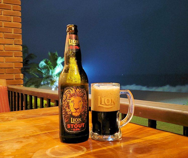ゴールの海岸に建つホテルのバーで、夜景を見ながらライオンビールを飲む