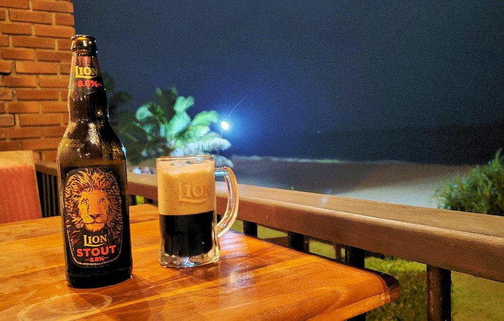 ゴールの海岸に建つホテルのバーで、夜景を見ながらライオンビールを飲む-2