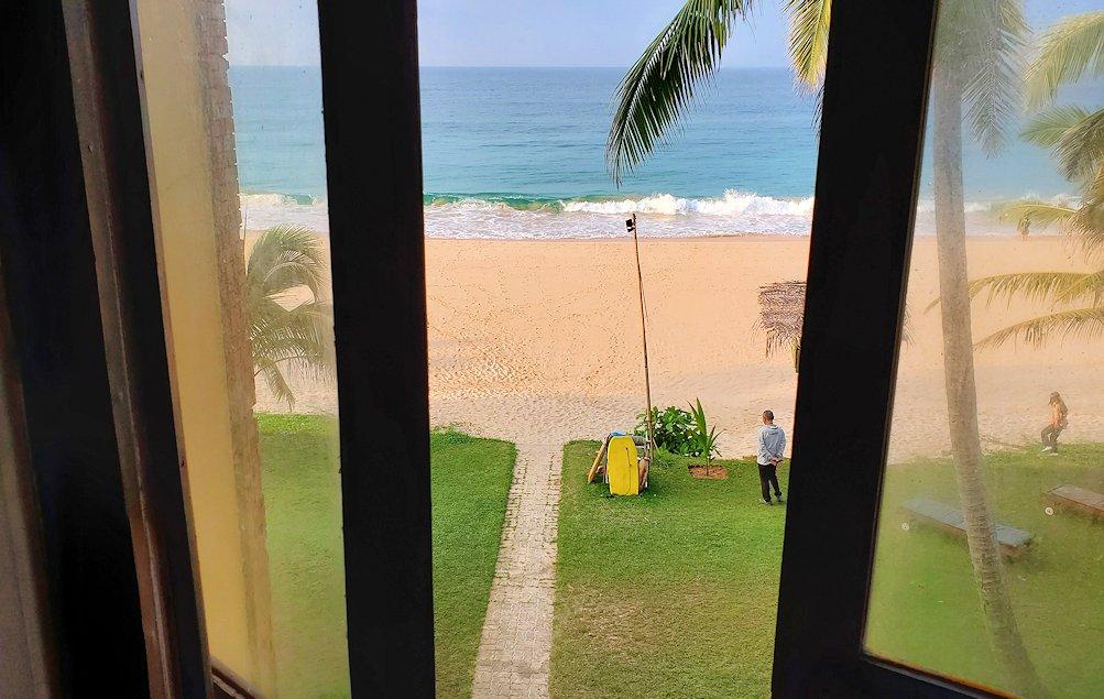 「ロング・ビーチ・リゾートホテル」の部屋から見えるインド洋とビーチ