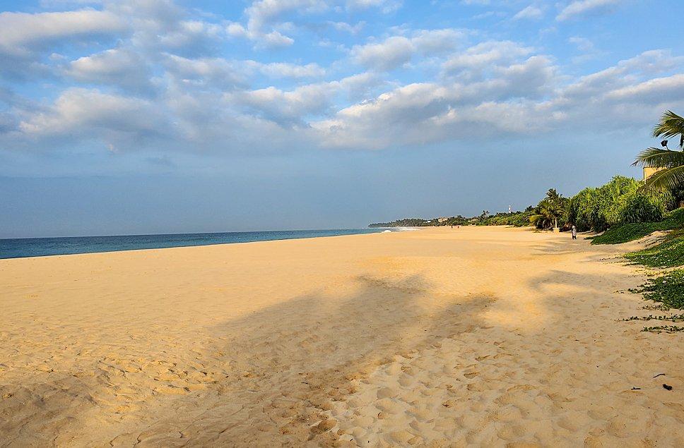 「ロング・ビーチ・リゾートホテル」のビーチを歩く