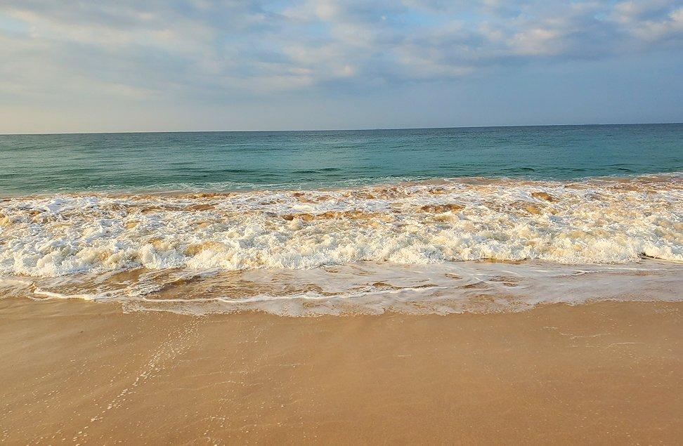 「ロング・ビーチ・リゾートホテル」のビーチから眺めるインド洋の打ち寄せる波