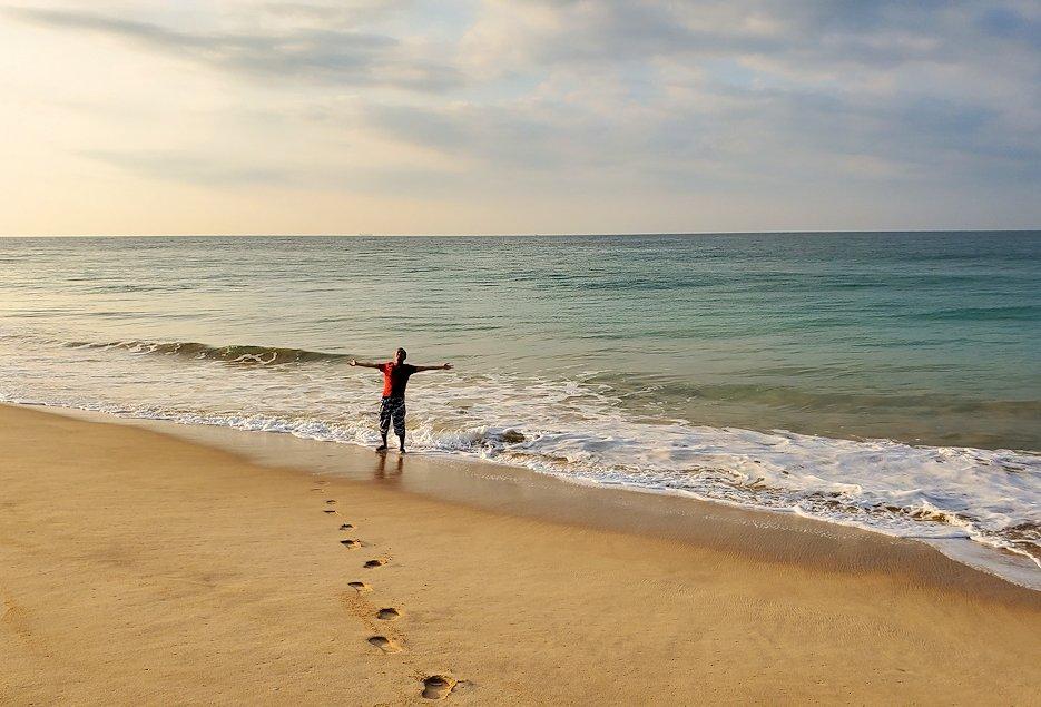 「ロング・ビーチ・リゾートホテル」のビーチから眺めるインド洋をバックに記念撮影