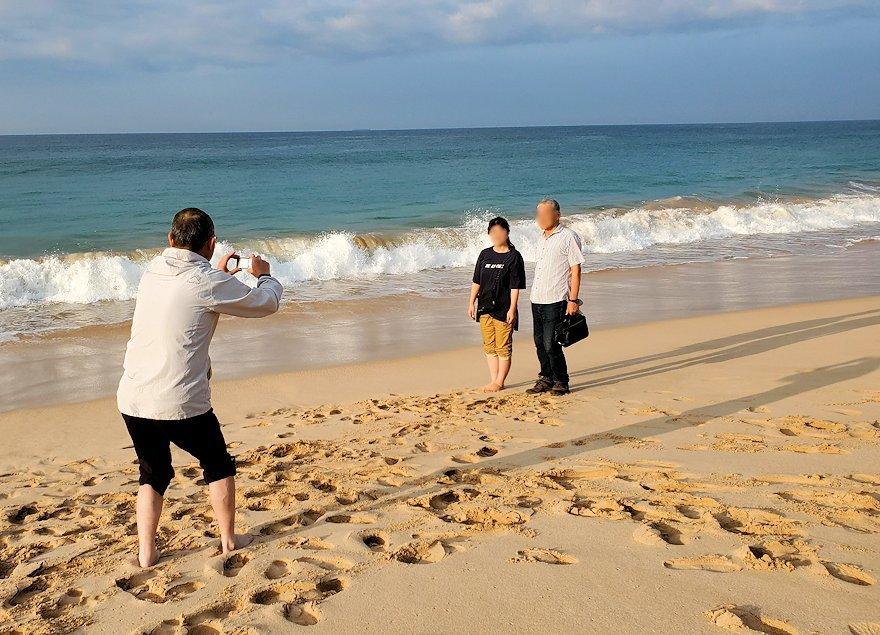 「ロング・ビーチ・リゾートホテル」のビーチからインド洋をバックに記念撮影する人達