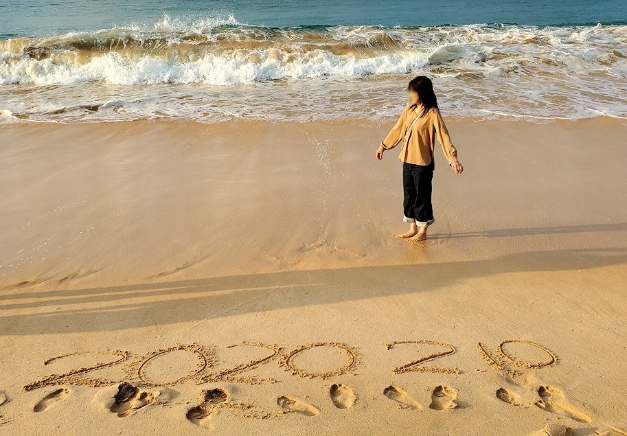 「ロング・ビーチ・リゾートホテル」のビーチからインド洋をバックに記念撮影するお姉さん