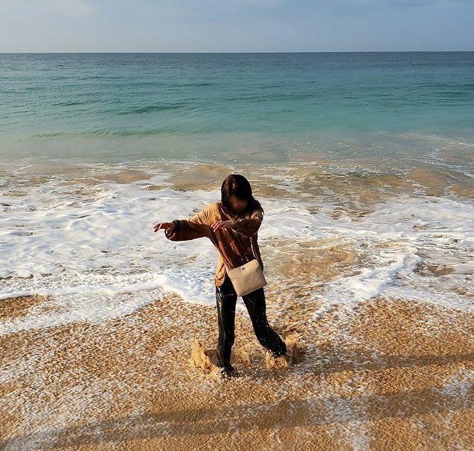 「ロング・ビーチ・リゾートホテル」のビーチでインド洋の波に襲われてビチョビチョになるお姉さん