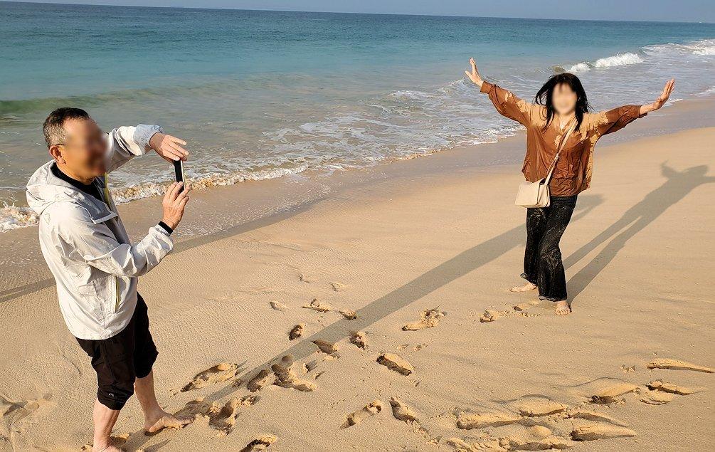 「ロング・ビーチ・リゾートホテル」のビーチでインド洋の波に襲われてビチョビチョになるお姉さん-3