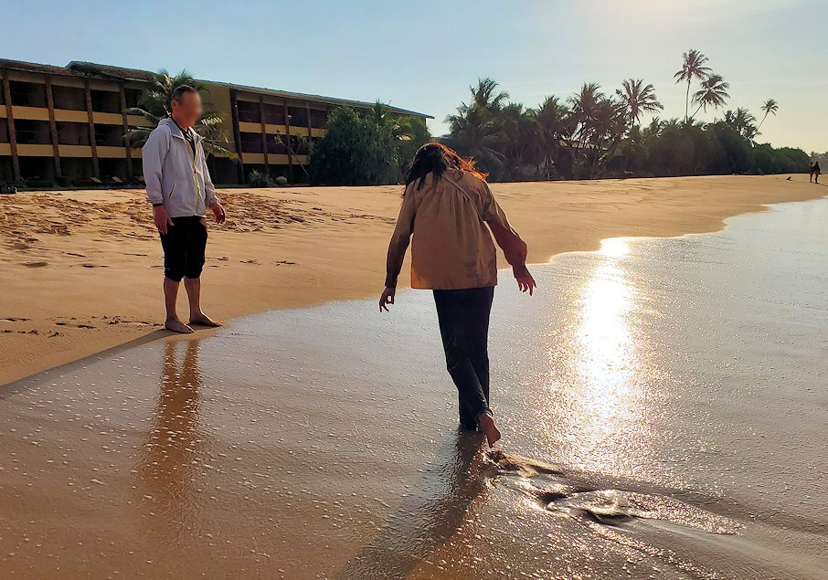 「ロング・ビーチ・リゾートホテル」のビーチに集う人達-2