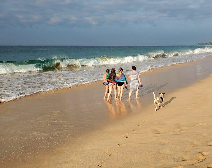 「ロング・ビーチ・リゾートホテル」のビーチを歩く、ロシア人観光客