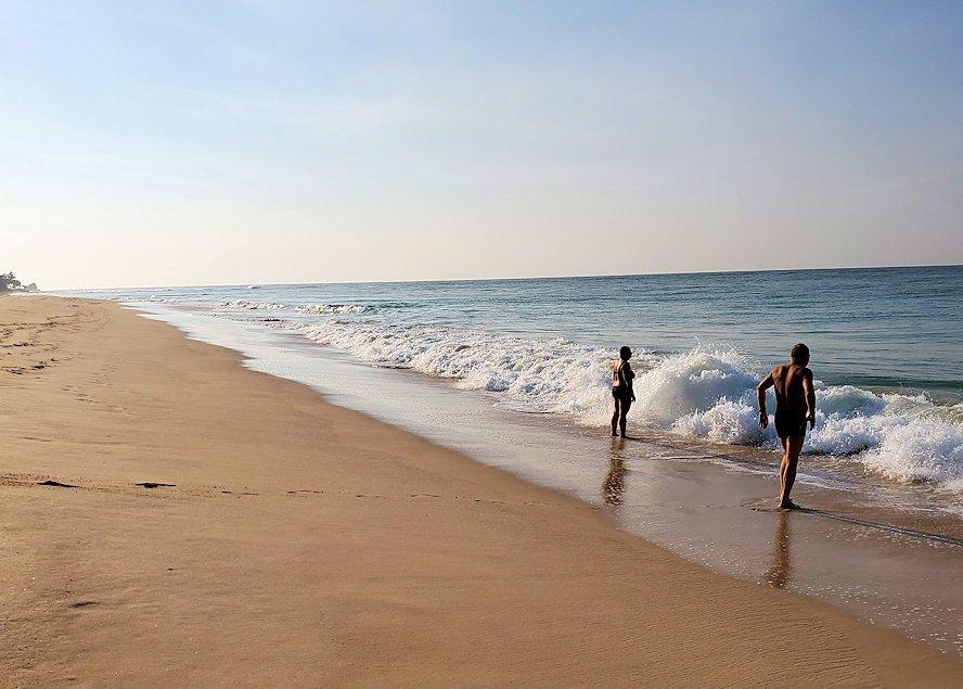 「ロング・ビーチ・リゾートホテル」のビーチでインド洋に入る人達