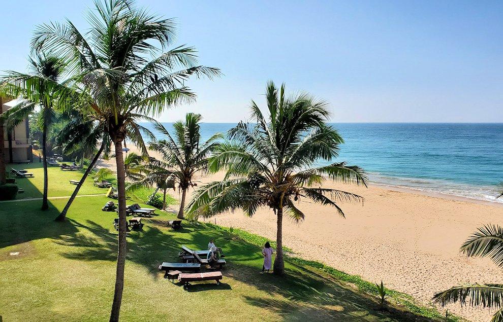 「ロング・ビーチ・リゾートホテル」からインド洋のあるビーチを眺める