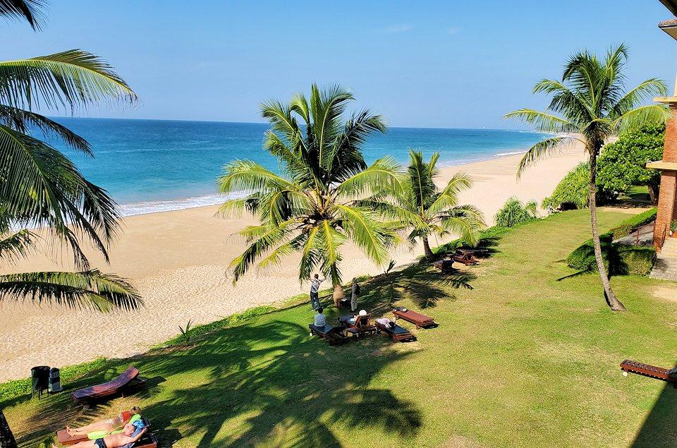 「ロング・ビーチ・リゾートホテル」からインド洋のあるビーチを眺める-2