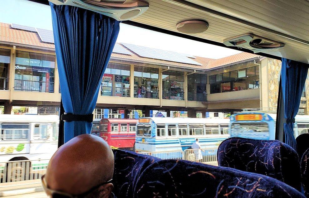 ゴールからコロンボへ向かう道から見えた、バスターミナル