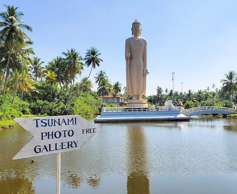 スリランカのゴール付近に立てられている、津波での被害者鎮魂の為の大きな仏像