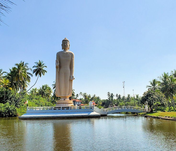 ゴールからコロンボへ向かう途中にある「津波本願寺仏舎」の仏像
