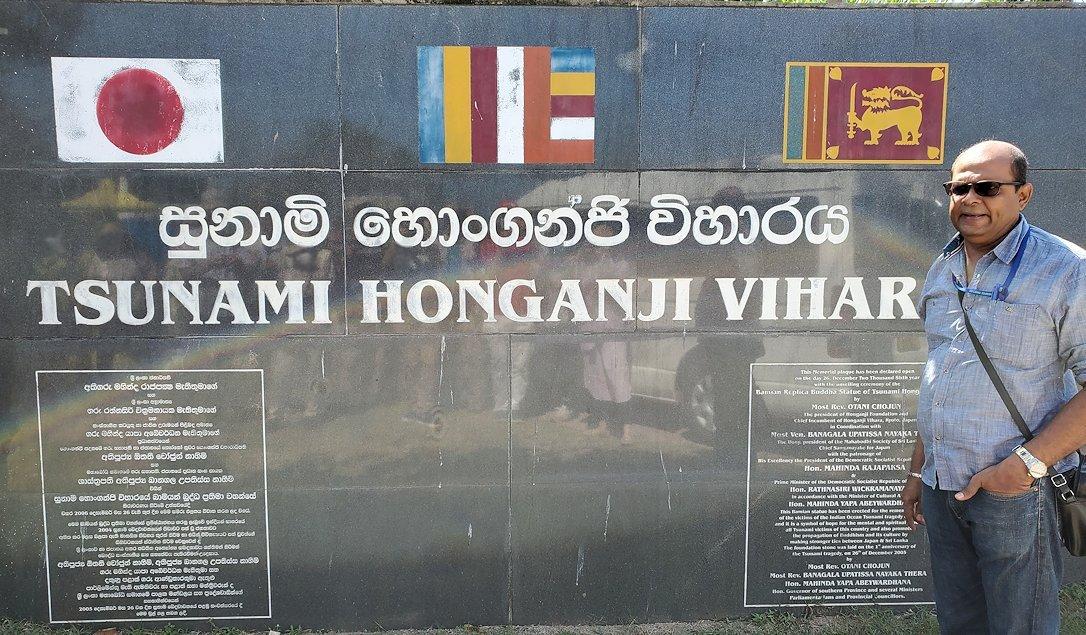 ゴールからコロンボへ向かう途中にある「津波本願寺仏舎」の記念碑-2