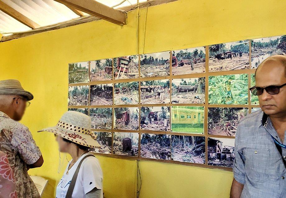 「津波本願寺仏舎」の記念館内に飾られた、被害当時の写真を見る人達