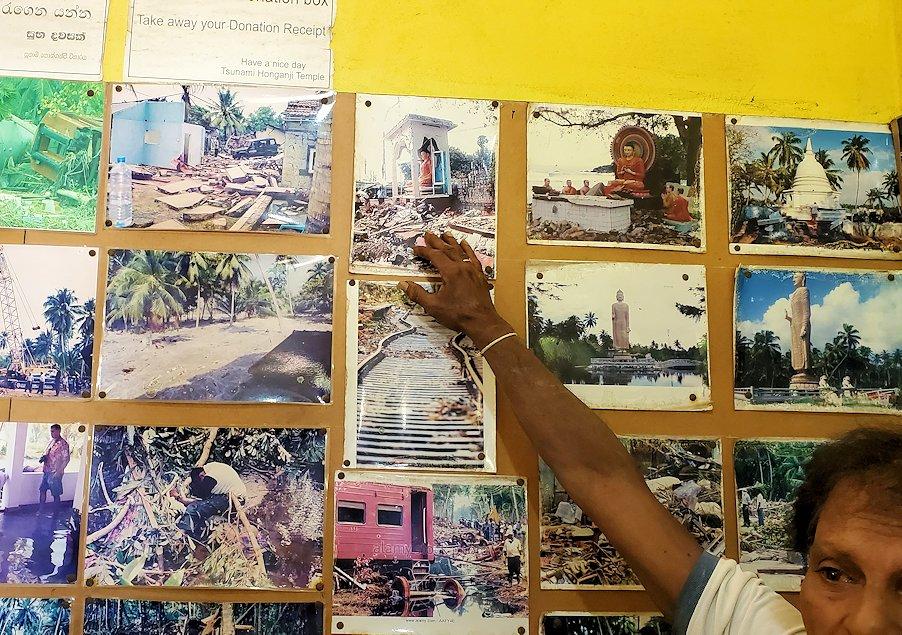 「津波本願寺仏舎」の記念館内に飾られた、被害当時の写真を見る人達-2