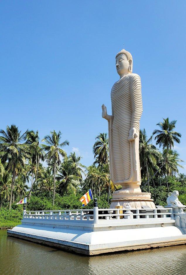 「津波本願寺仏舎」に建てられた仏像を近くから眺める
